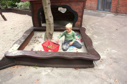 Sandkasse med barn der leger