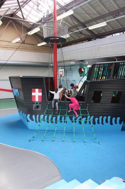 Klatrestativ og vikingebåd på Remisen