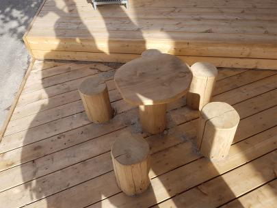 Sæt med træbord og træstole