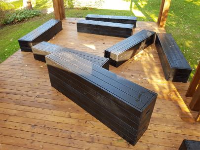Træterrasse med bænke